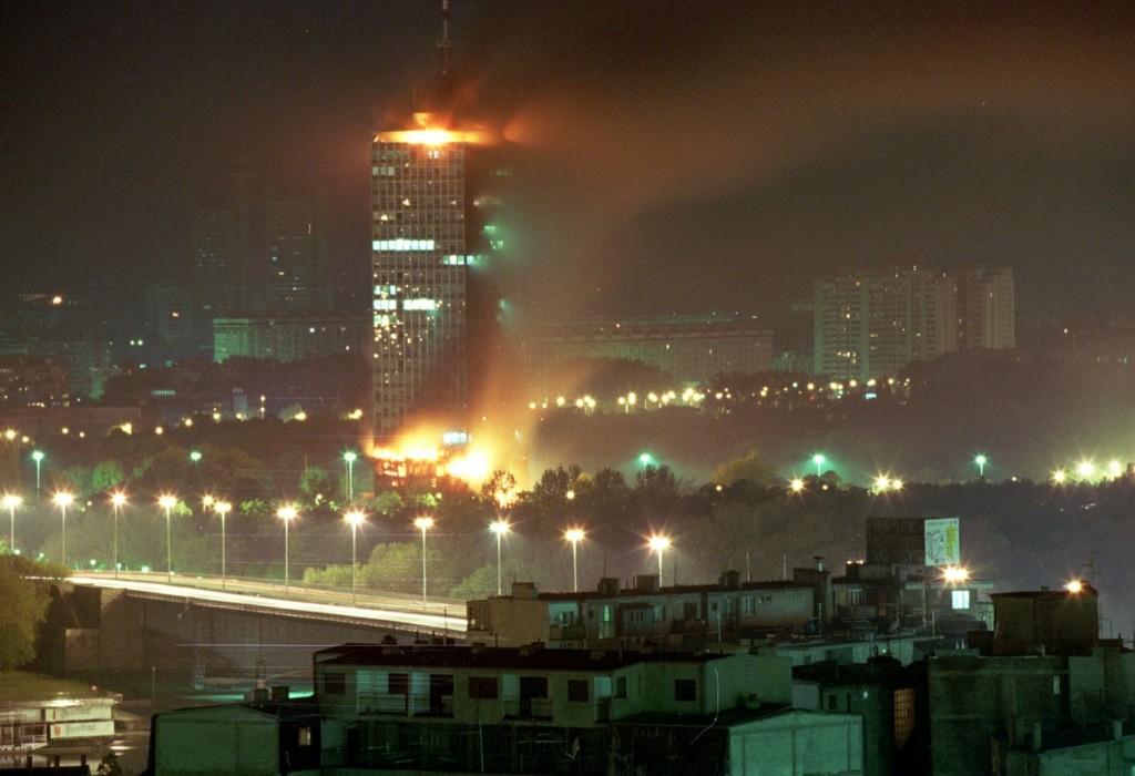 TAS16: BELGRAD, YUGOSLAVIA. APRIL 21. The picture shows the burning building of the headquaters of the ruling Socialist Party of Serbia. The building was destroyed during the raid on the night from Tuesday to Wednesday by the NATO aircraft. The bomb or a missile directly hit the building with more than 20 storeys. ----- ŇŔŃ 23. Ţăîńëŕâč˙. 21 ŕďđĺë˙. Íŕňîâńęŕ˙ ŕâčŕöč˙ â őîäĺ íî÷íîăî íŕëĺňŕ íŕ Áĺëăđŕä óíč÷ňîćčëŕ řňŕá-ęâŕđňčđó ďđŕâ˙ůĺé Ńîöčŕëčńňč÷ĺńęîé ďŕđňčč Ńĺđáčč (ŃĎŃ). Áîěáŕ (čëč đŕęĺňŕ) ďîďŕëŕ ďđ˙ěî â çäŕíčĺ, íŕń÷čňűâŕţůĺĺ ńâűřĺ 20 ýňŕćĺé. Ďîćŕđíűĺ áîđţňń˙ ń îăíĺě. Íŕ ńíčěęĺ: ăîđčň çäŕíčĺ ŃĎŃ. Ôîňî Ńĺđăĺ˙ Âĺëč÷ęčíŕ č Ŕëĺęńŕíäđŕ Äŕíčëţřčíŕ (ČŇŔĐ-ŇŔŃŃ) 13-04, Image: 86711884, License: Rights-managed, Restrictions: , Model Release: no, Credit line: Profimedia, TASS